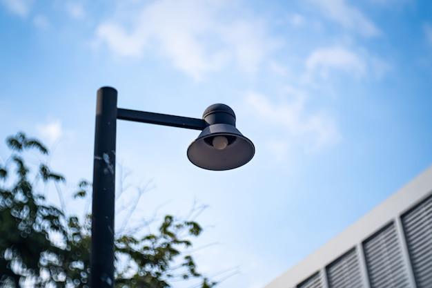 램프의 옥외 디자인. led 전구가 푸른 하늘로 빛납니다. 빈티지 및 산업 스타일 전구의 인테리어 디자인 장식