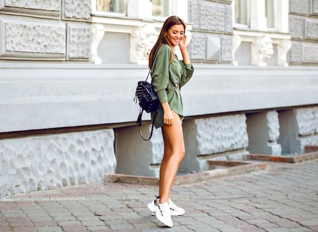 Открытый модный полный образ стильной женщины, идущей по улице