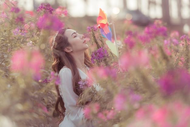 마른 꽃과 가을 풍경에 젊은 아름 다운 아가씨의 야외 패션 사진.