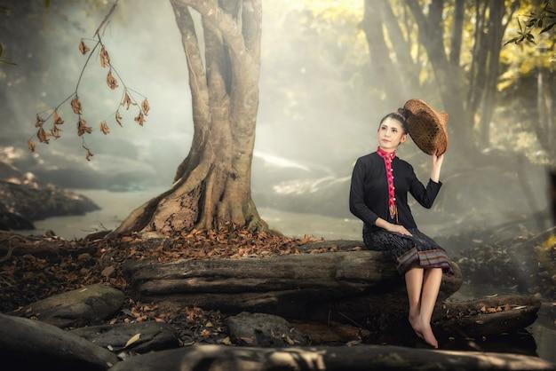아름 다운 아가씨의 야외 패션 사진