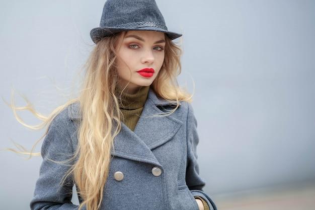 카메라를보고 세련 된 accessories.vintage 모자를 쓰고 젊은 아름 다운 유행 여자의 야외 패션 초상화. 여성 패션 뷰티 및 광고 개념입니다. 확대. 텍스트를위한 공간을 복사하십시오.