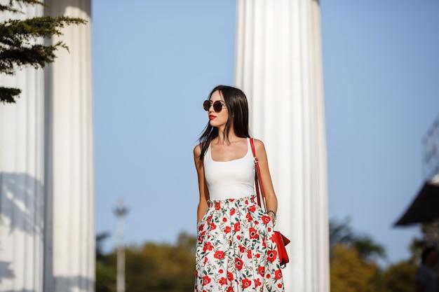 Открытый стиль уличной моды портрет красивой женщины в утреннем городе.