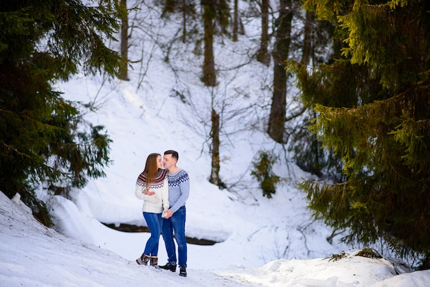 Наружная мода молодая чувственная пара в холодной зимней погоде. любовь и поцелуй