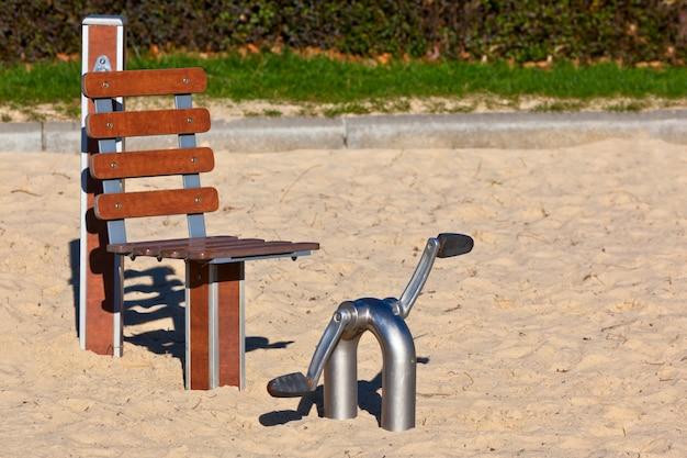 Открытый фитнес-оборудование для пожилых людей в общественном парке. горизонтальный снимок