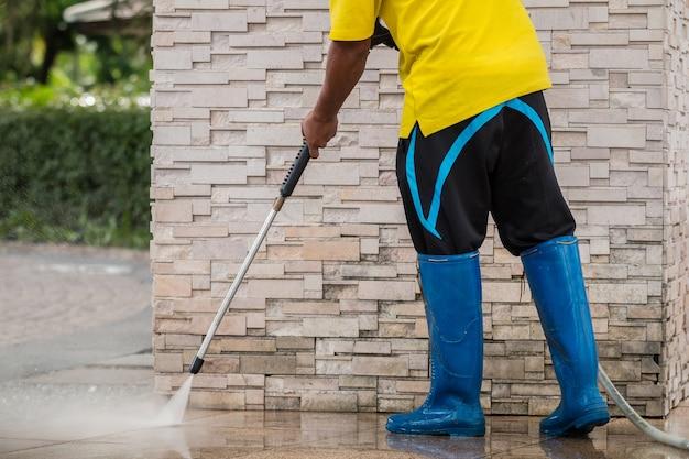 Наружная очистка пола водой под высоким давлением