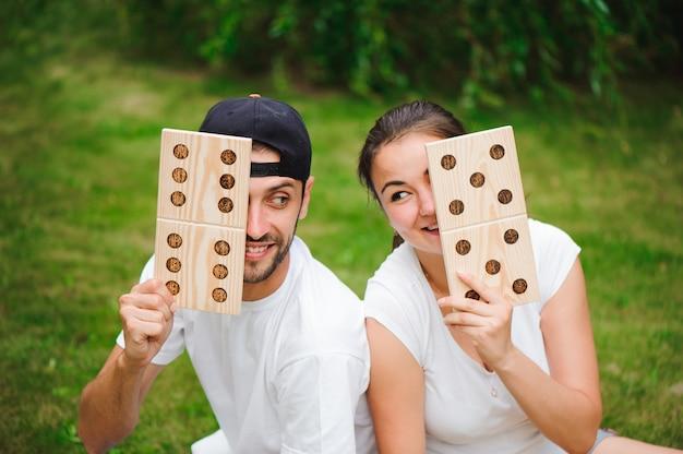Игры на свежем воздухе, домино, гигантская игра на свежем воздухе на зеленой траве