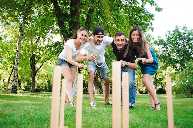 Игры на свежем воздухе, ринг, друзья играют в ринг в парке.