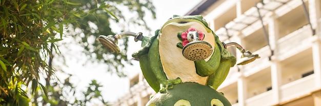 Outdoor garden decoration statue, green funny frog