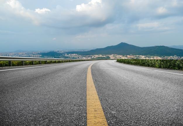 屋外の高速道路のカーブと街の景色