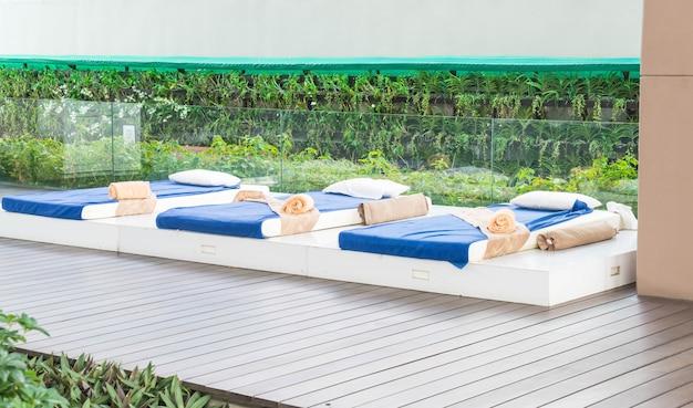 Outdoor massage bed
