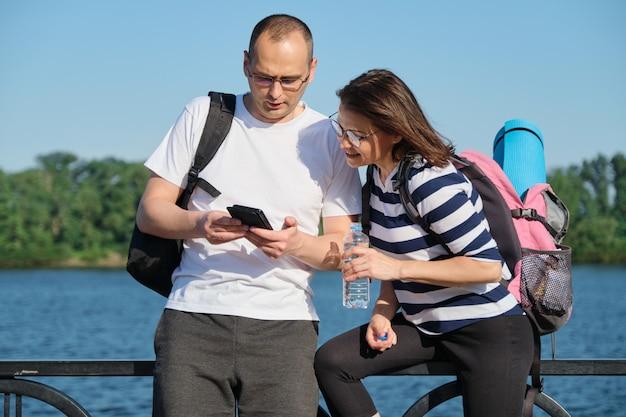 Открытый пожилая пара с помощью смартфона