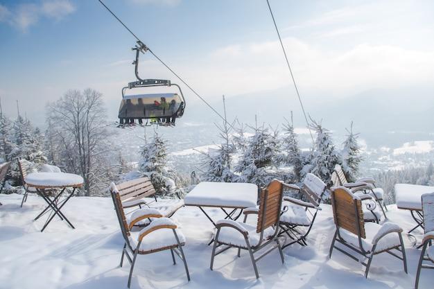 冬のシーズン、ポーランドの屋外山カフェ