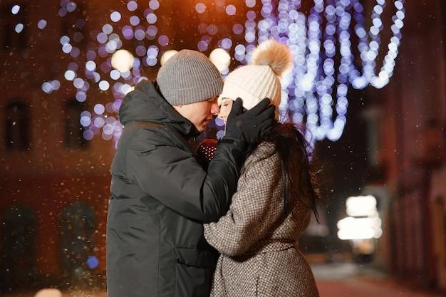 Ritratto notturno all'aperto di giovani coppie in strada