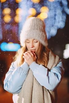 Ritratto notturno all'aperto di giovane donna che posa in strada