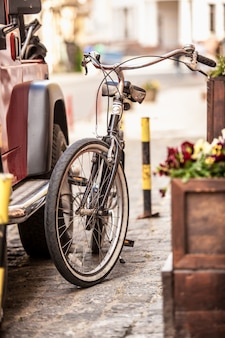 오래 된 거리에 주차 된 빈티지 자전거의 야외