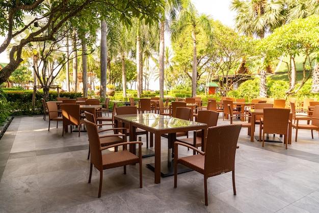카페 레스토랑에서 야외 파티오 의자와 테이블