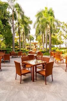 カフェレストランの屋外パティオチェアとテーブル