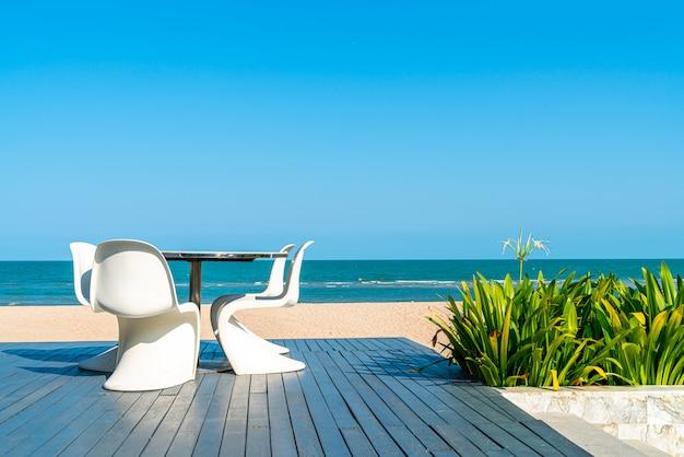 Открытый патио стул и стол с морским пляжем