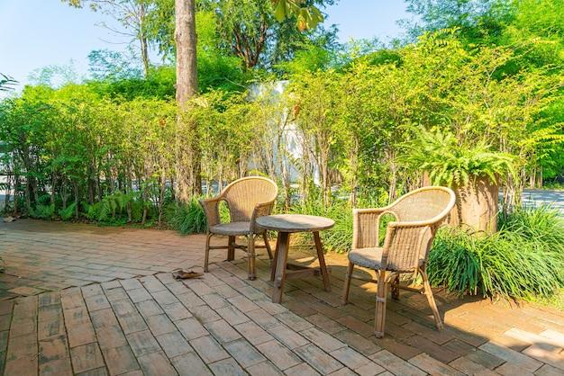 屋外パティオテーブルと椅子または屋外ダイニングテーブル