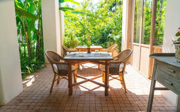 Стол и стул на открытом воздухе или обеденный стол на открытом воздухе
