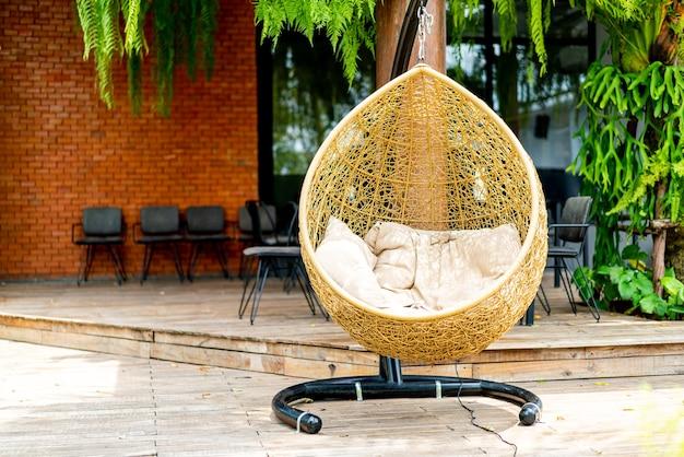 Открытый внутренний дворик с плетеными качелями