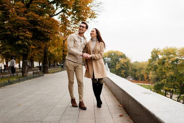 デートを楽しんでいる彼氏と幸せな若い女の屋外写真。寒い季節。