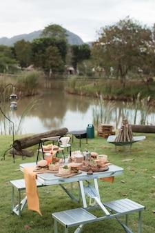Еда для пикника в саду