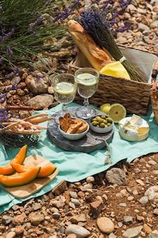 Открытый пикник в солнечный летний день в сиреневом поле.