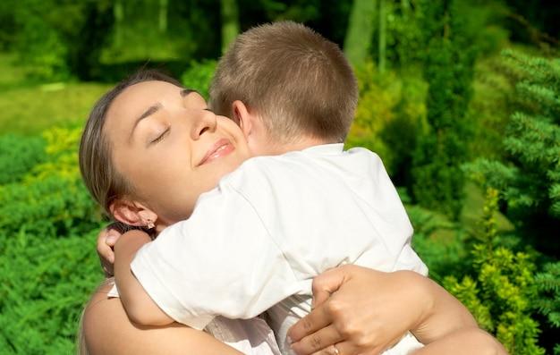 아들과 함께 행복 한 어머니의 야외 사진