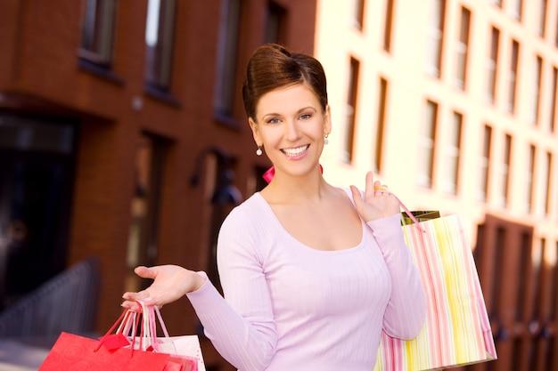 쇼핑백과 행복 한 여자의 야외 사진