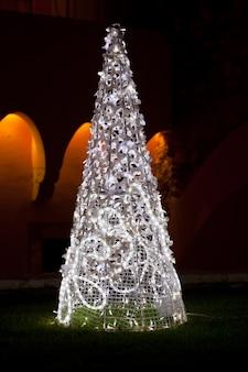 흰색 조명으로 야외 소나무 크리스마스 트리 그림