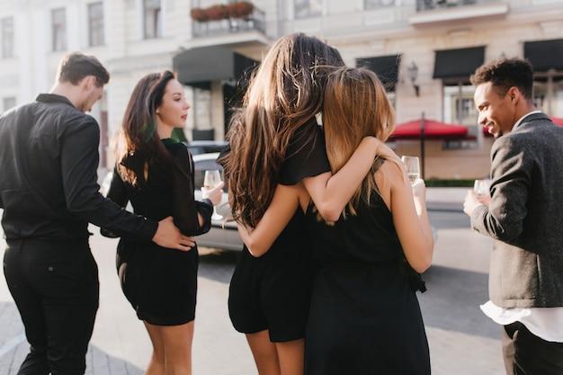 Ritratto all'aperto dal retro di amici divertendosi