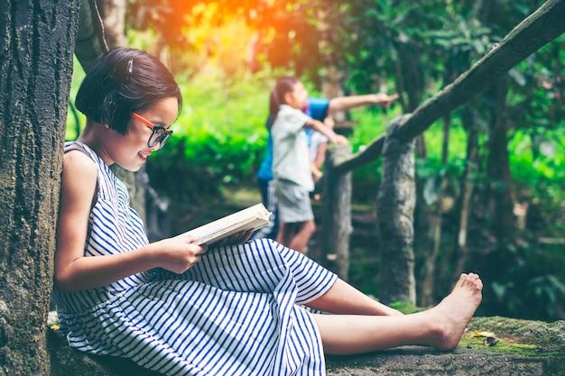かわいい、若い、女の子、屋外、肖像画、読書