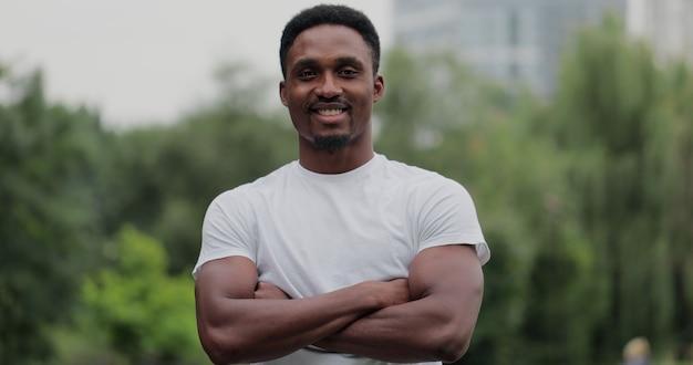 집중적인 운동 후 지친 아프리카계 미국인 남자의 야외 초상화가 클로즈업됩니다. 카메라를 보고 훈련 후 도시 공원에서 스포츠맨. 스포츠 건강한 라이프 스타일.