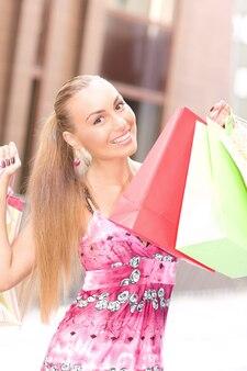 쇼핑백과 매력적인 여자의 야외 초상화