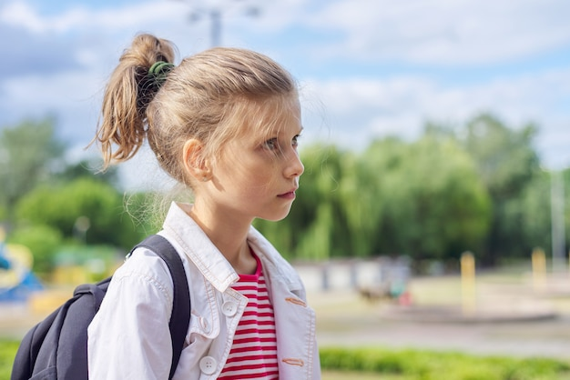 Открытый портрет белокурой детской девочки в парке