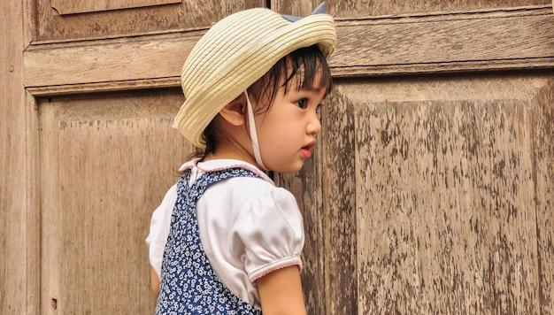 幸せの瞬間にかわいい小さなアジアの女の子の屋外の肖像画。