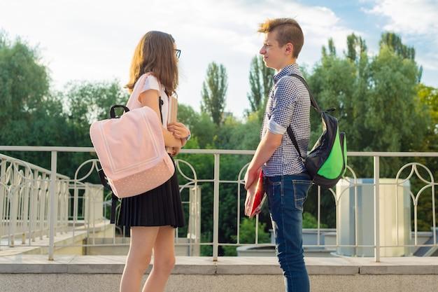 Открытый портрет детей-подростков. мальчик и девочка