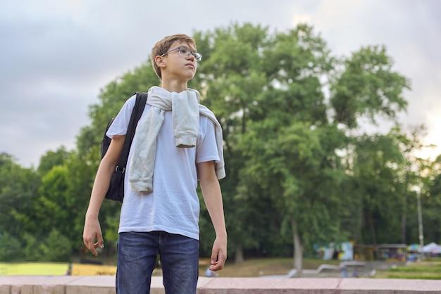 Внешний портрет мальчика подростка с рюкзаком стекел