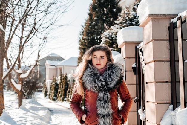 Внешний портрет молодой красивой модной девушки. модель идет по улице. концепция женской моды.