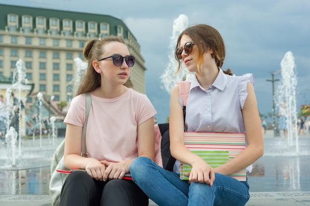 배낭과 젊은 여자 학생의 야외 초상화