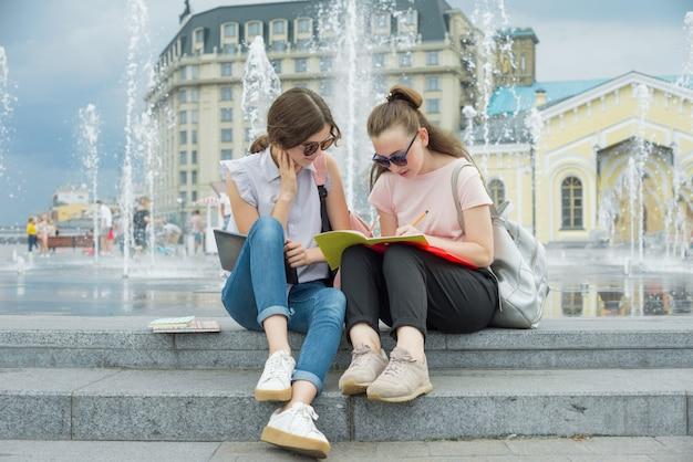 若い女子学生の屋外のポートレート
