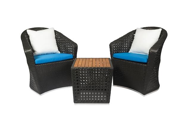 Открытый ротанг набор мебели стулья и стол, изолированные на белом фоне