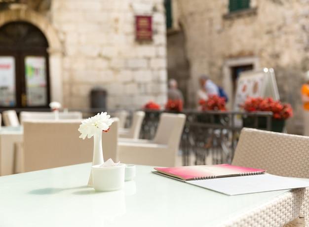 야외 레스토랑 테이블