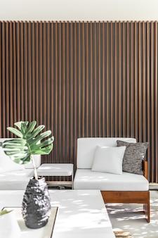 Уголок для отдыха на открытом воздухе с деревянным фоном реек в тени дерева