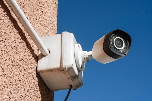 건물 외벽에 설치된 실외 보안 또는 감시 카메라. 개념 보안, 원격 감시, 감시.