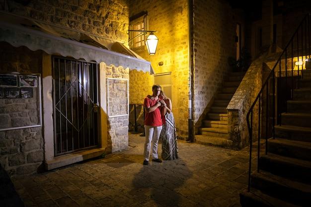 古代都市の通りで抱き締める美しいロマンチックなクーペの屋外ショット