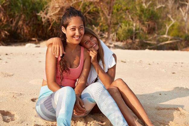 Colpo esterno di donna piuttosto caucasica abbraccia la sorella maggiore