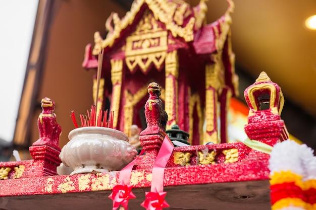 タイのアウトドアスピリットハウス。ガーランドといくつかの花輪、ジョスハウス。