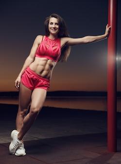 야외 스포츠 체육관에서 아름 다운 강한 섹시 운동 근육 젊은 백인 피트 니스 여자 운동 훈련